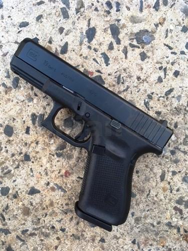 Pistole GLOCK 19 Gen5 9mm PARA BLACK Glock 19 Gen5 9mm (9x19)Glock 19 páté generace přináší oproti generaci 4 tyto vylepšení:GLOCK MARKSMAN BARREL - Hlaveň s inovovaným vývrtemNová povrchová úprava závěru a hlavně (nDLC) výhradně na pistolích Gen5Na rámu bylo odstraněno tvarování pro prstyRozšířená spodní část zásobníkové šachty pro pohodlnější vkládání zásobníkuProdej na ZP !