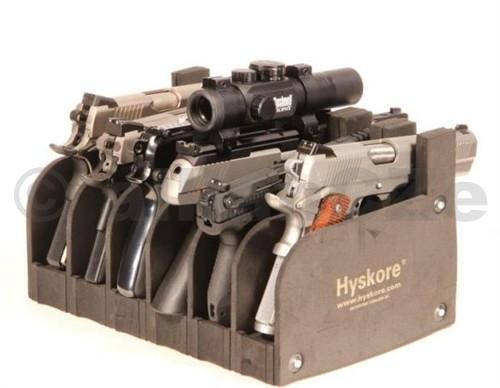 držák krátkých zbraní - HYSKORE 6 PISTOL RACK HYSKORE  SIX GUN Modular Pistol Rack ITEM: 30277  Pořadač na 6 pistolí/revolverů z pěnového pevného materiálu.  Skvělý do prodejny