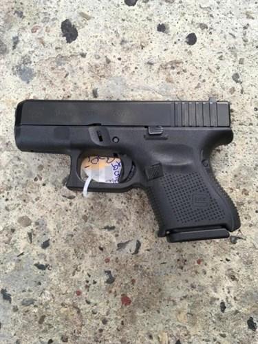 Pistole GLOCK 26 Gen5 9mm PARA BLACK Glock 26 Gen5 9mm (9x19)Technické parametry:Ráže 9x19 Délka závěru 160 mm Výška 106 mm Šířka 30 mm Vzdálenost mezi mířidly 144 mm Délka hlavně 88 mm Profil hlavně šestiboký profil s pravotočivým závitem Délka závitu hlavně 250 mm Kapacita zásobníku (standard) 10 Hmotnost bez zásobníku 560 g Hmotnost prázdného zásobníku 56 g Hmotnost plného zásobníku ~180 g Odpor spouště ~2
