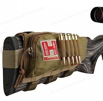"""Návlek na pažby """"5 pozic rifle"""" Hornady® Cheek Pad Tan Hornady® Cheek Pad TANhnědozelenáITEM: 99110kvalitní a praktická lícnice na náboje s přídavnou kapsou – ledvinka HORNADY na pažby zbraní.Protiskluzový materiál v oblasti tvářeÚchyty na 5 kulových nábojů.Kapsa na zip"""